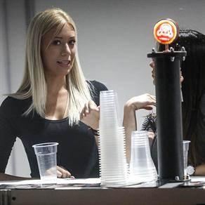 toče pivo, devojke toče pivo, beer fest