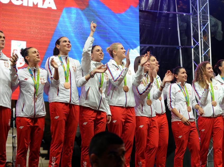 Košarkašice Srbije slave medalju.