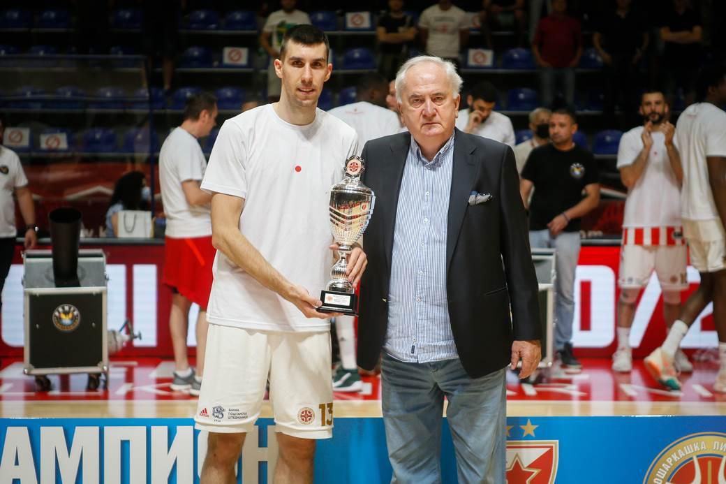 Ognjen Dobrić dobio je MVP titulu od proslavljenog trenera i predsednika Olimpijskog komiteta Srbije Božidara Maljkovića