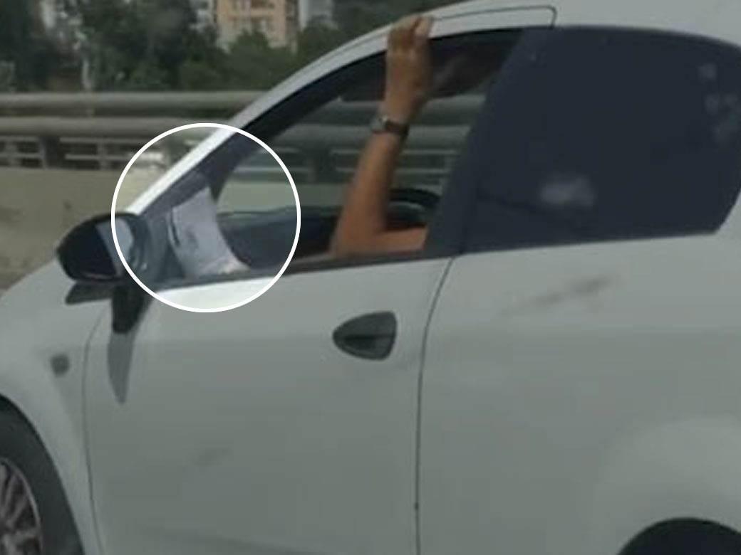 vožnja stopalo kroz prozor
