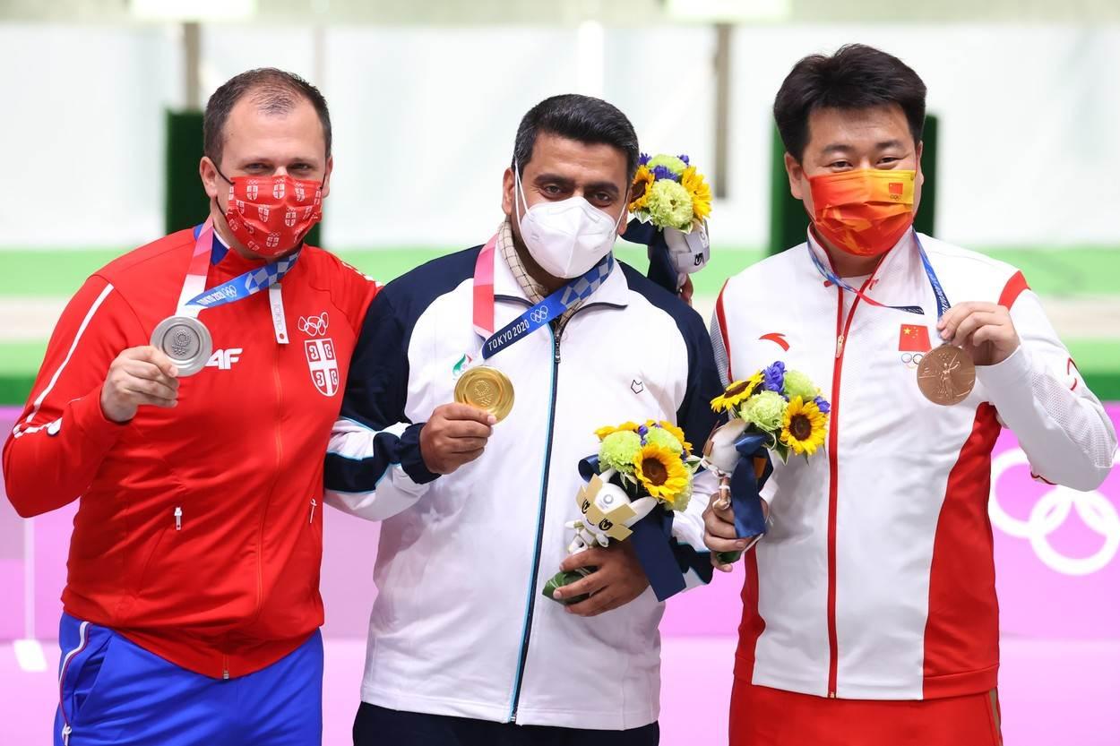 Damir Mikec na postolju sa medaljom