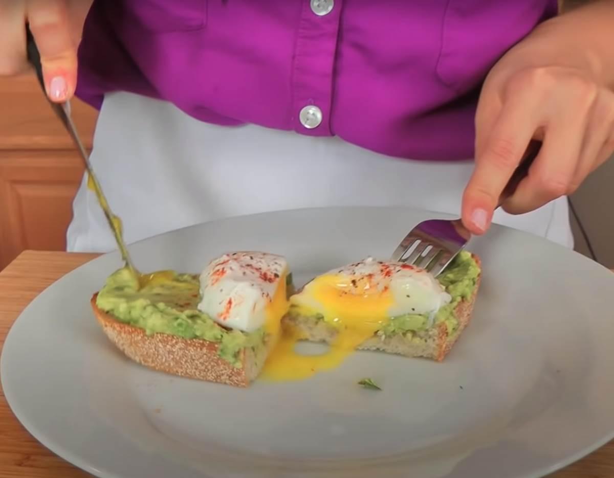 avokado na tostu s jajetom