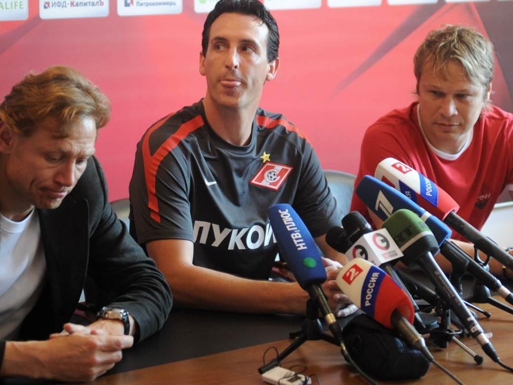 Dmitri Popov (u crvenom) pored Unai Emerija