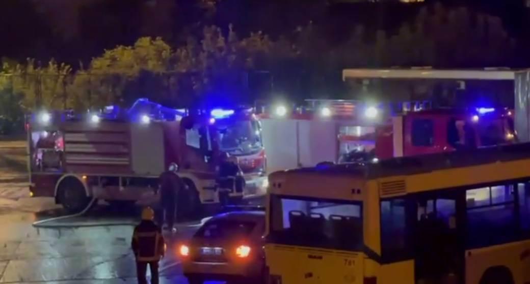 Ugašen požar na depou autobusa