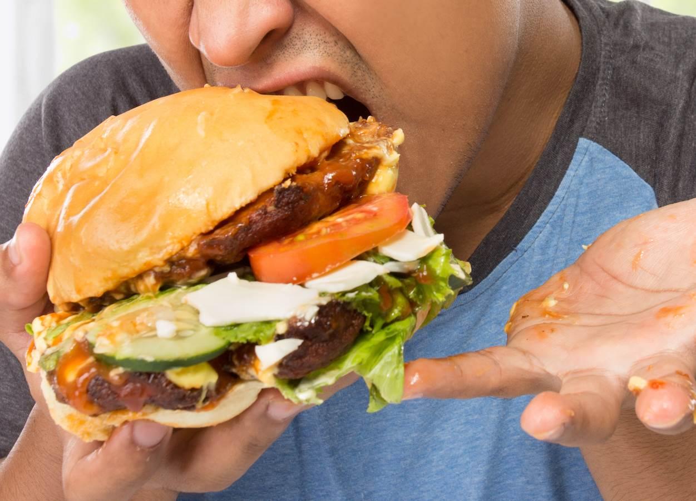 covek jede hamburger