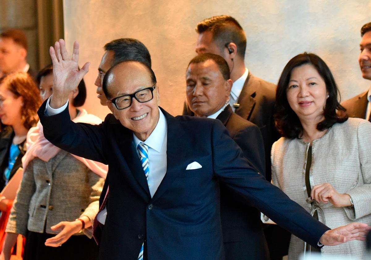 Milijarder Li Ka-Šing maše okupljenima