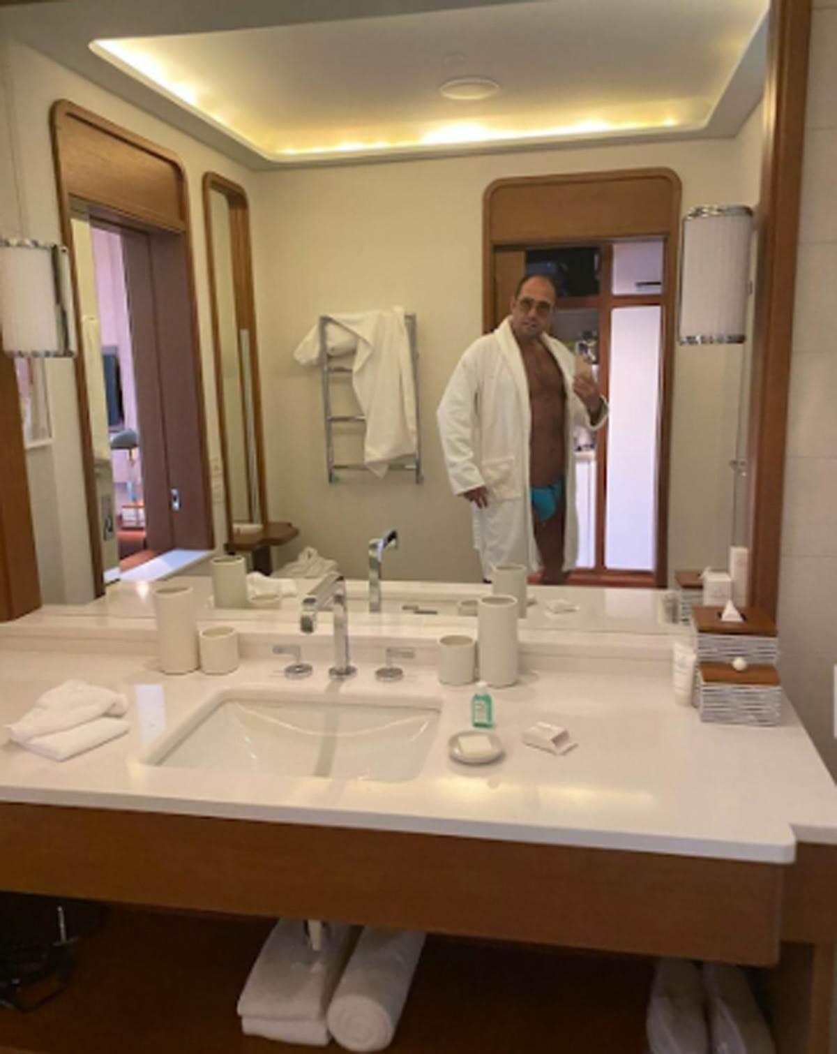 Dejan Popović pozira ispred ogledala u kupatilu