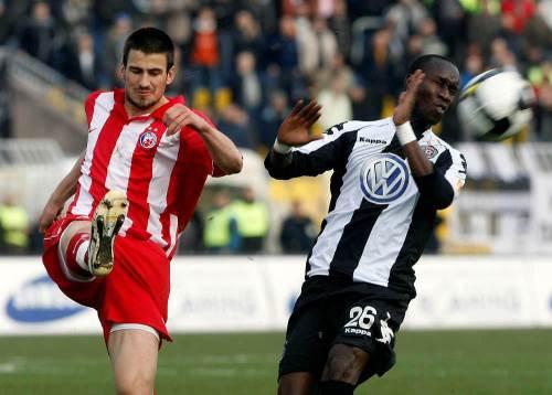 Nenad Tomović i Lamin Dijara u borbi za loptu.