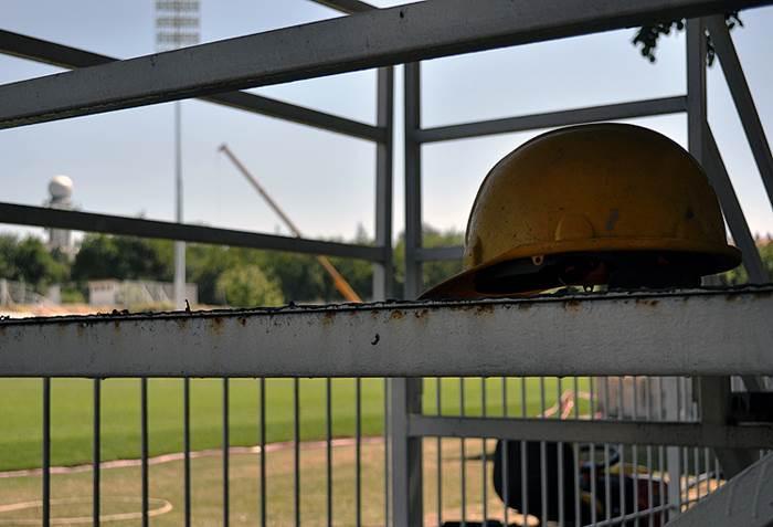 Izgradnja, stadion, čukarički, radnici, ograda, kaciga, zaštitna kaciga, šlem, radnici