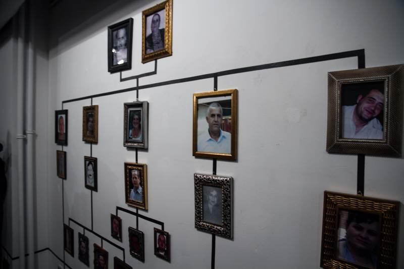 """Izložba, koja se bavi zločinom koji su 1999. počinili pripadnici paravojne formacije """"Škorpioni"""" nad članovima porodice Bogujevci, umetnički je projekat Fatosa, Jehone i Sarande Bogujevci koji su kao deca preživeli masakr u Podujevu."""