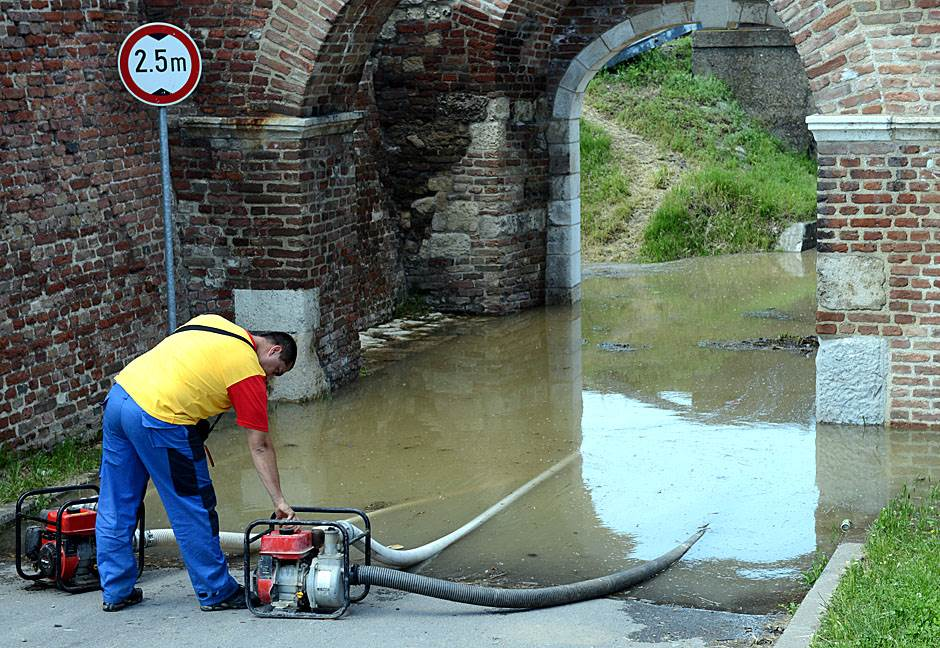 pumpa, voda, poplave, radnici, pumpa za vodu, ispumpavanje,