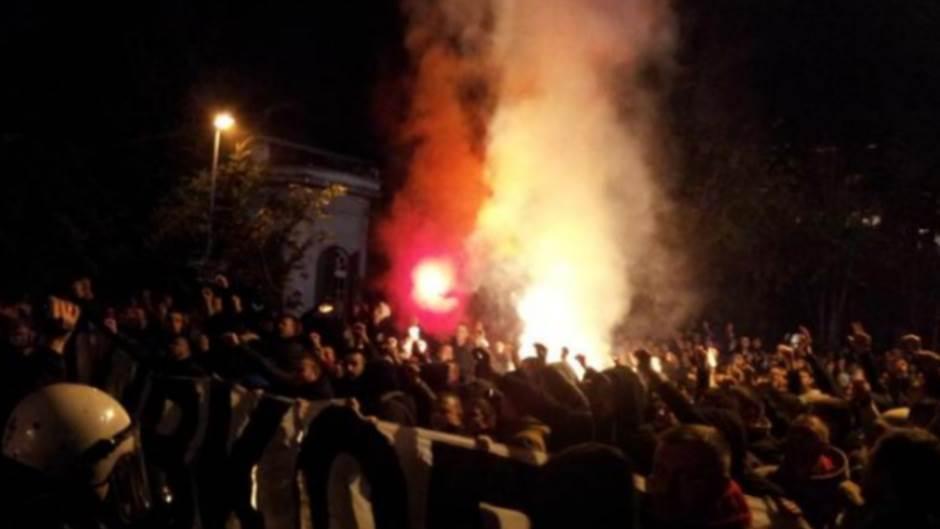 Baklje i navijačke pesme ispred ambasade Turske!
