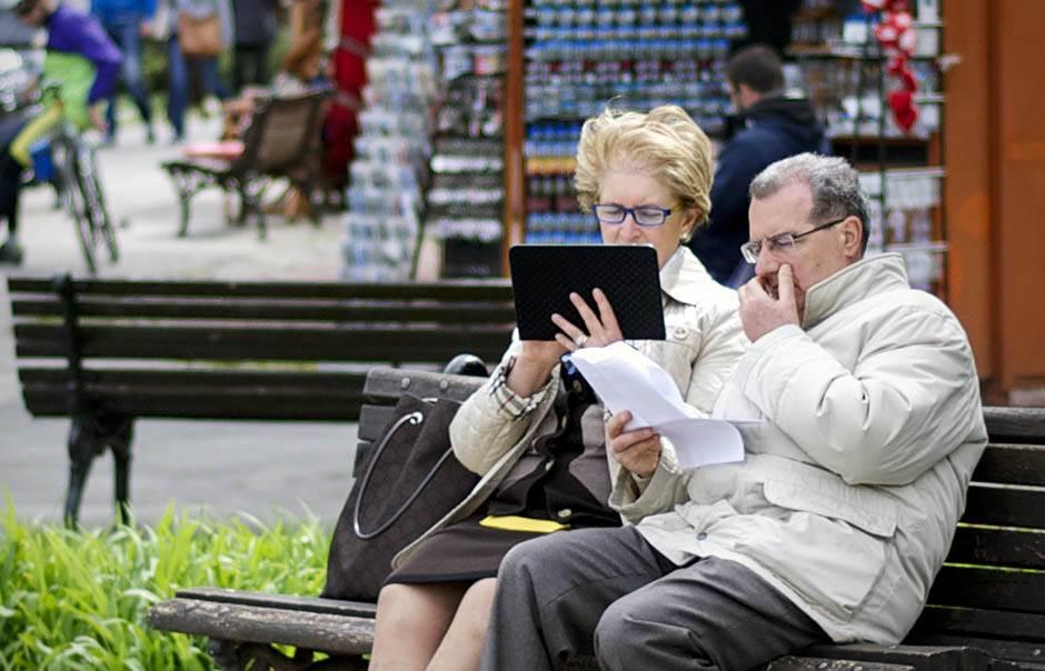 novine, tablet, čitaju, čitanje,