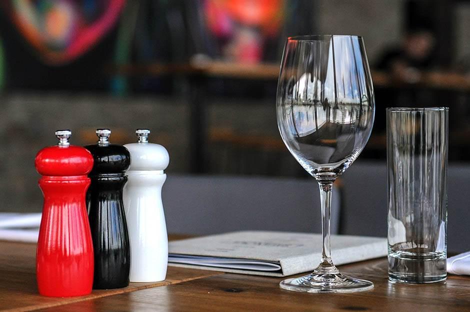 restoran, kafana, čaša, slanik
