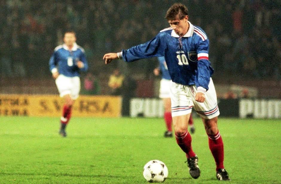 """Legendarni Dragan Stojković Piksi, s brojem """"10"""" i kapitenskom trakom oko ruke u takođe legendarnom dresu."""