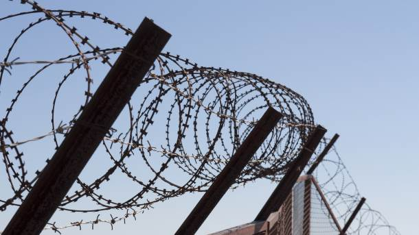 ograda, mađarska zid, bodljikava žica, migranti