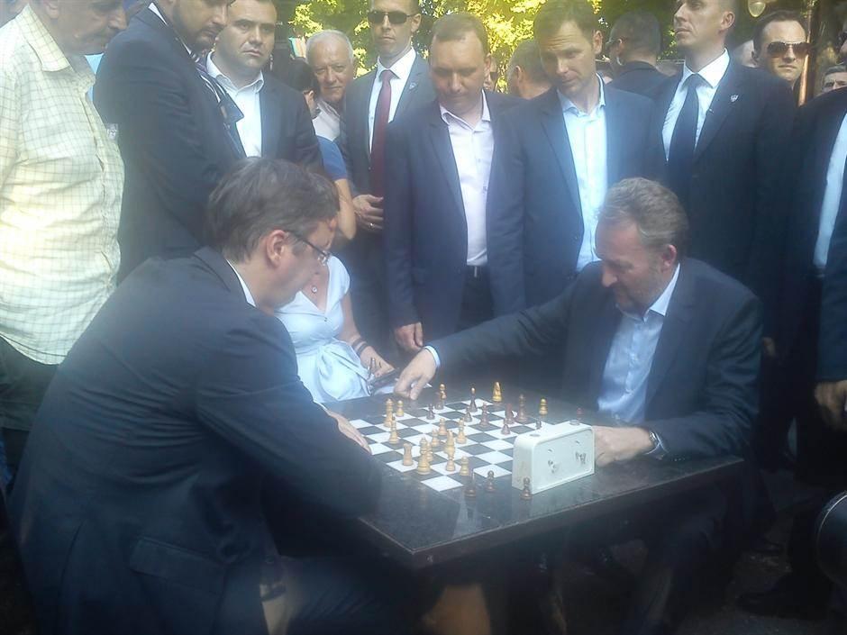 Vučić i Izetbegović igraju šah na Kalemegdanu