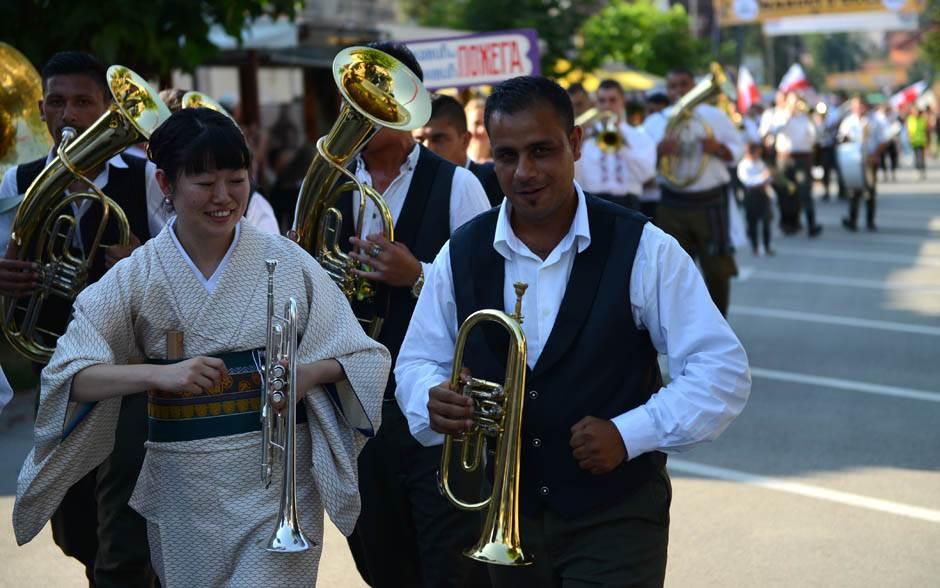 Došla iz Japana da svira u Guči! (FOTO)