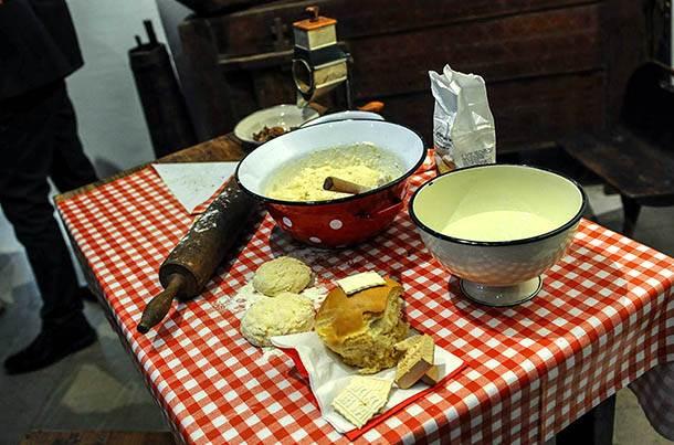 slava, kultura ishrane u srbiji, slavski kolač, karirani stolnjak, brašno, testo, oklagija