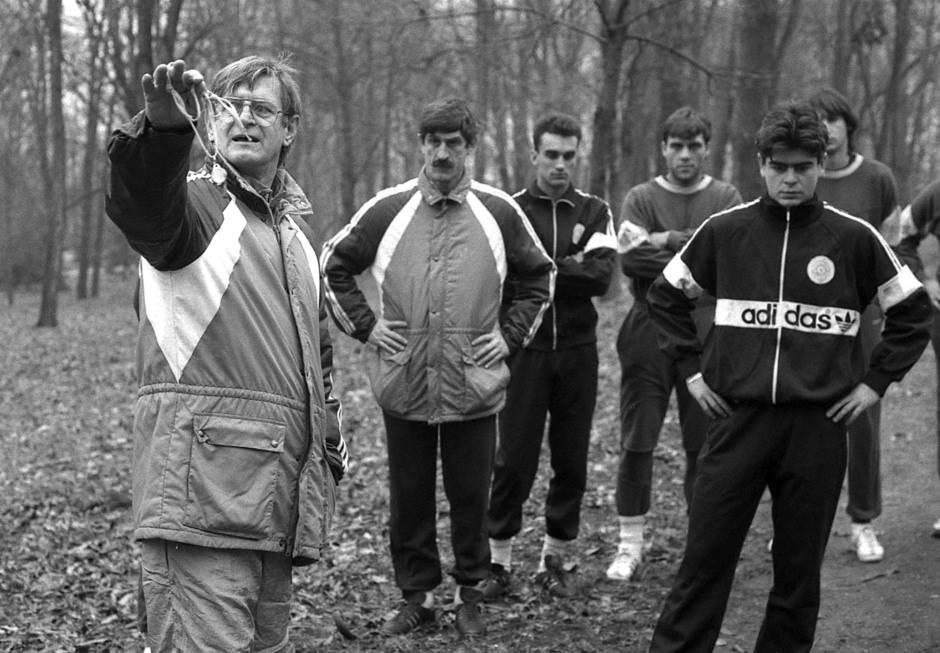 """Miloš Milutinović zvani """"Plava čigra"""" - još jedan legendarni fudbaler Partizana u ulozi trenera. Fotografija sa početka jednih priprema. U pozadini je takođe legendarni Blagoje Paunović."""