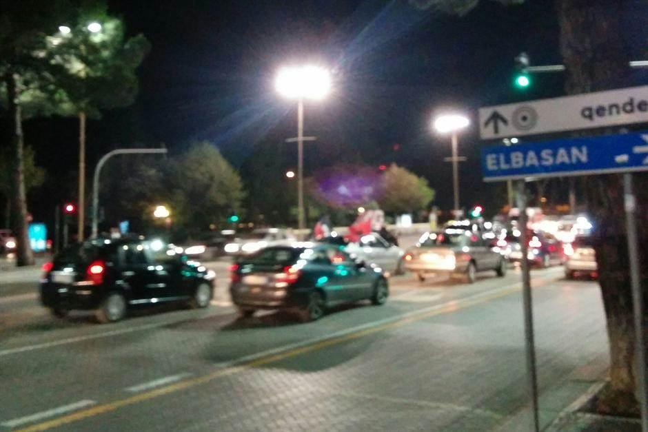 Zastava Velike Albanije na automobilu je normalna stvar u Tirani.