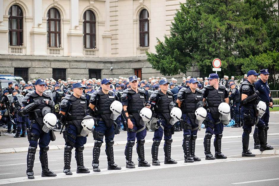 policija, policajci, saobraćaj, nesreća, policija na ulici, policijska blokada, kordon policije,