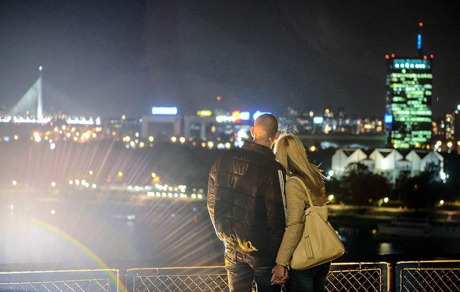 beograd noću, noć, držanje za ruke, drže se za ruke, zaljubljeni, ljubav, par, zaljubljeni par, zagrljeni, zagrljaj,