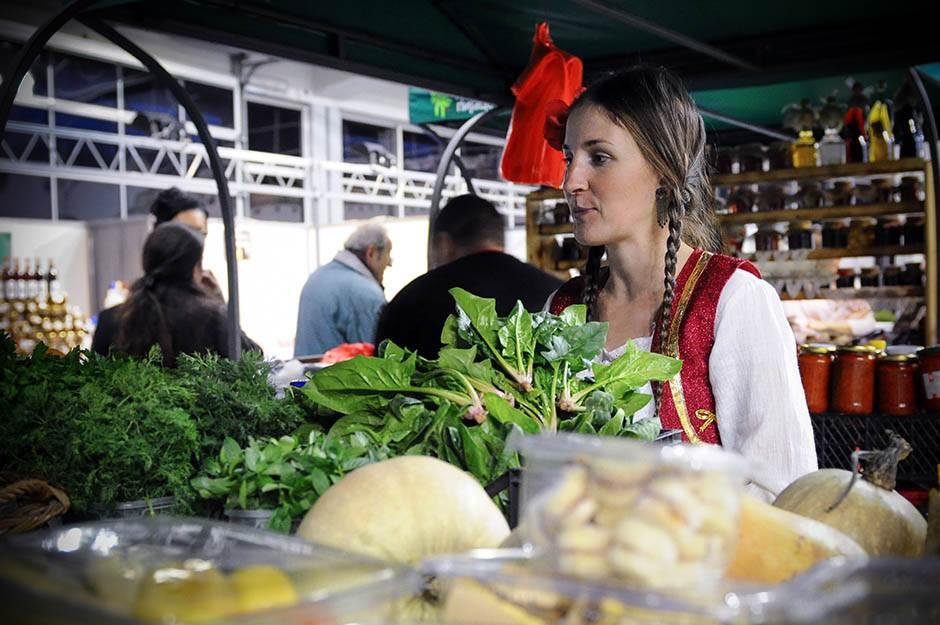 etno sajam, devojke na etno sajmu, devojka, narodna nošnja, povrće