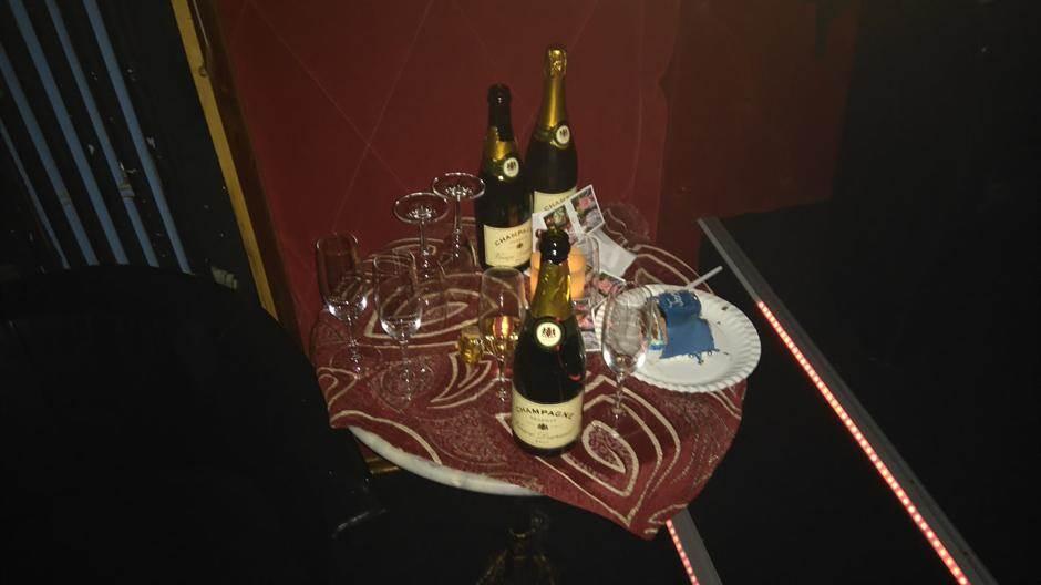 Torta i šampanjac u potocima...