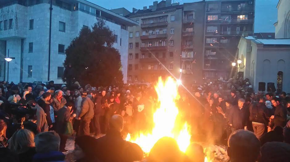 Irinej i vernici palili badnjak ispred Hrama FOTO