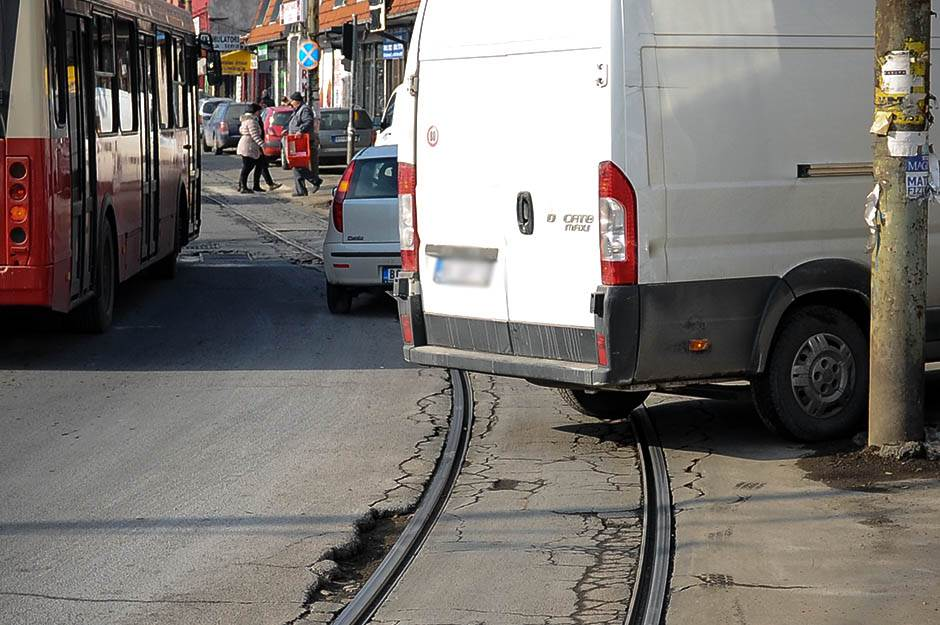 parking, parkiranje, nepropisno parkiranje, šine, tramvaj, bulevar kralja aleksandra, zvezdara, ulica, ulice, saobraćaj, beograd, grad