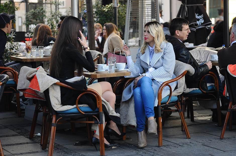 lepo vreme, kafić, devojke u kafiću,