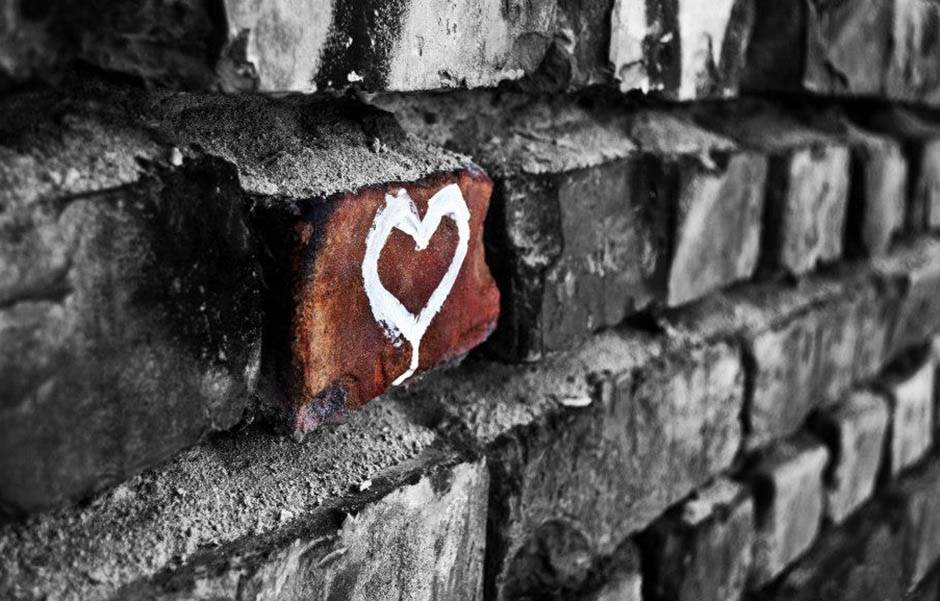 srce. zid, cigla, ljubav