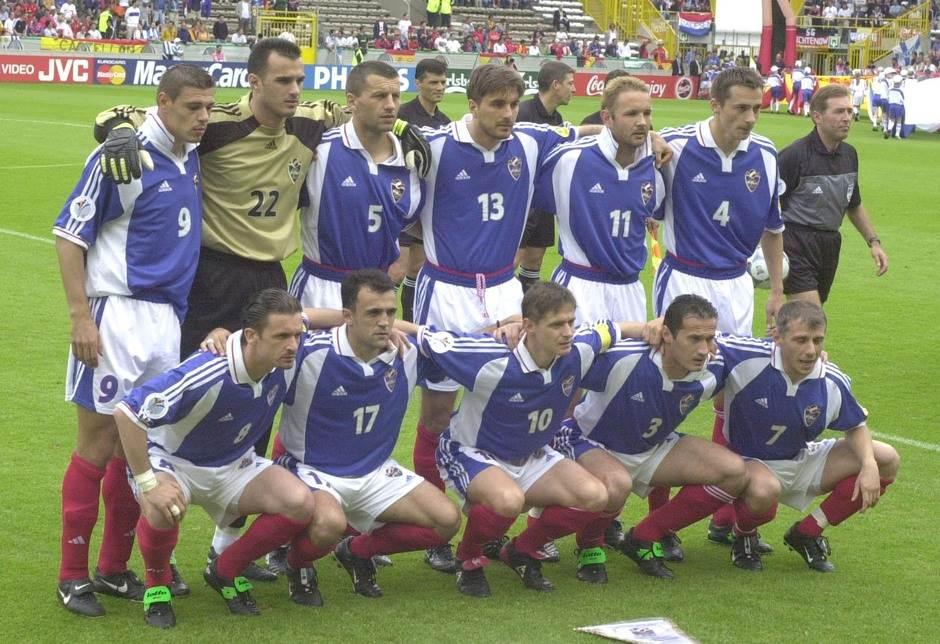 Tim reprezentacije SR Jugoslavije na Evropskom prvenstvu 2000. godine. Stoje: Milošević, Kralj, Đukić, Komljenović, Mihajlović, Jokanović; čuče: Mijatović, Drulović, Stojković, Đorović i Jugović.