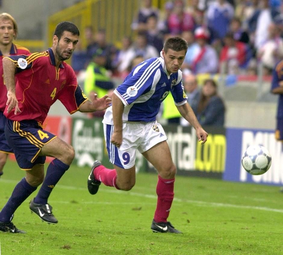 Savo Milošević i Pep Gvardiola u duelu na utakmici Jugoslavija - Španija EP (2000. godine).