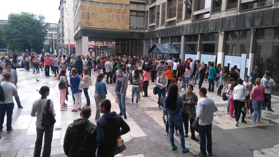 Studenti ispred Filozofskog fakulteta Univerziteta u Beogradu