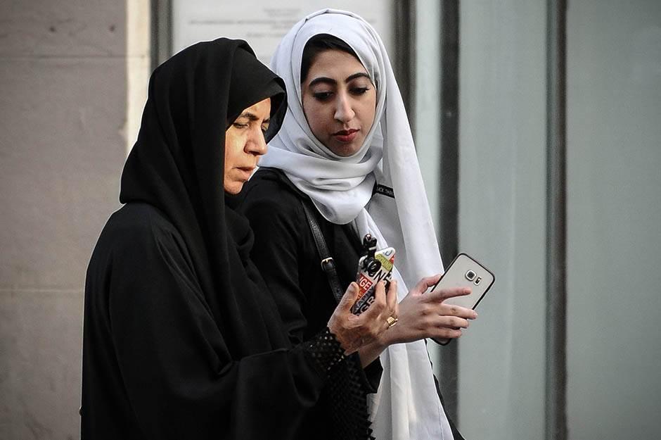 turisti, arapi, hidžab, žene, vera, muslimani, beograd, selfi, turizam, ljudi, grad, ulica,