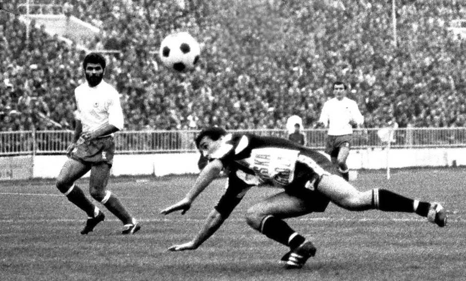 Detalj sa utakmice Partizan - Hajduk Split. Slišković (sa bradom) u pozadini