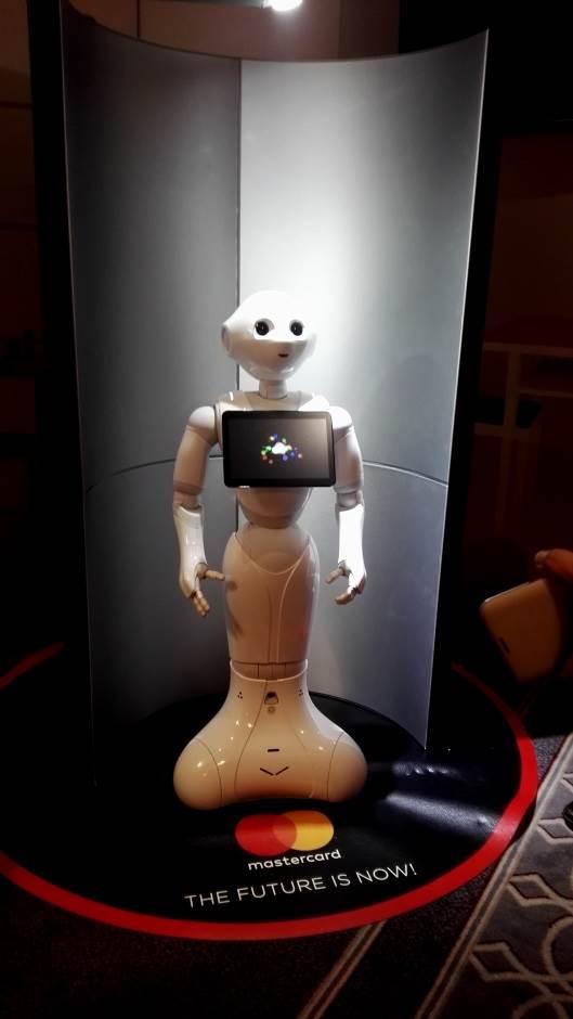 Roboti prete da zamene novinare (FOTO)