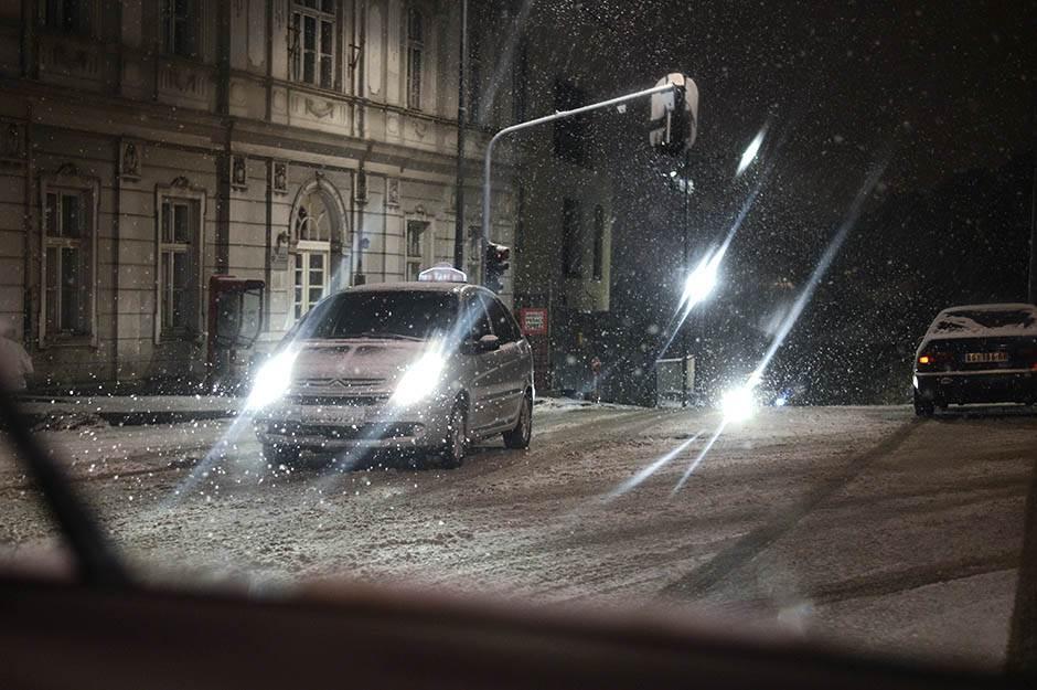 sneg, padavine, pahulja, pahuljem mećava, saobraćaj, zima, zimske gume, zimske, gume, hladno, kola, automobil, automobili, ulica,