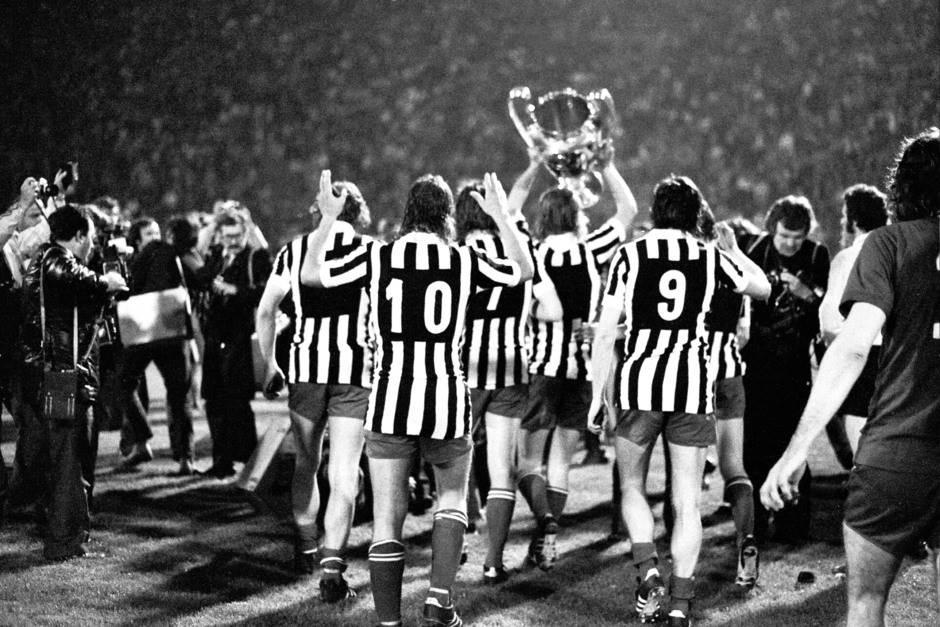 Finale odigrano u Beogradu. Fudbaleri Ajaksa nose pehar u dresovima poraženog Juventusa.