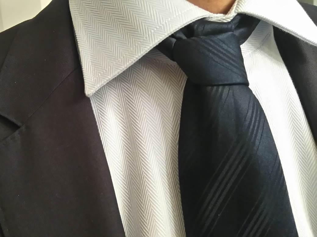 kravata odelo košulja