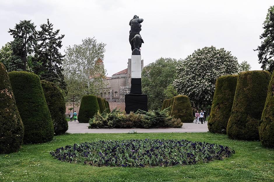 spomenik zahvalnosti francuskoj, crno, haradinaj, spomenik u crnom, prekriven spomenik