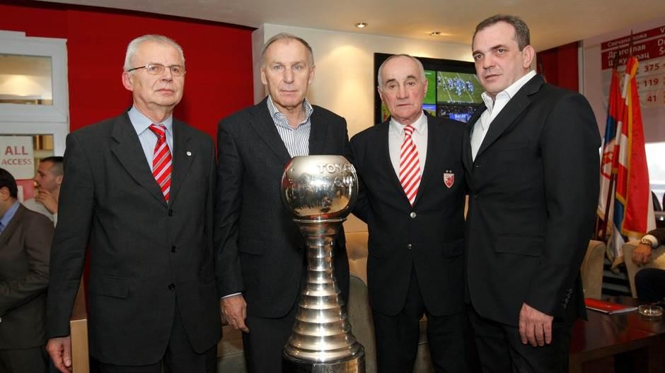 Vasilijević (desno) u društvu aktuelnog predsednika kluba, Mijailovića, počasnog predsednika, Džajića i trenera ekipe koja je slavila u Tokiju 1991, Popovića.