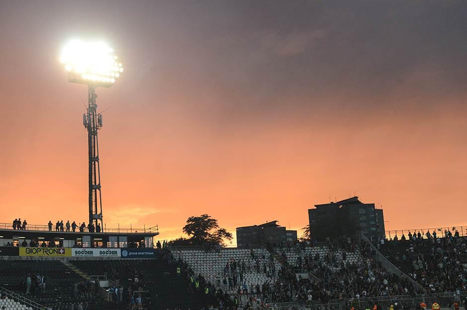 reflektor, reflektori, zalazak sunca, nebo, stadion, jna, partizan, kup, finale, proslava, navijači, grobari, kup srbije, crvena zvezda