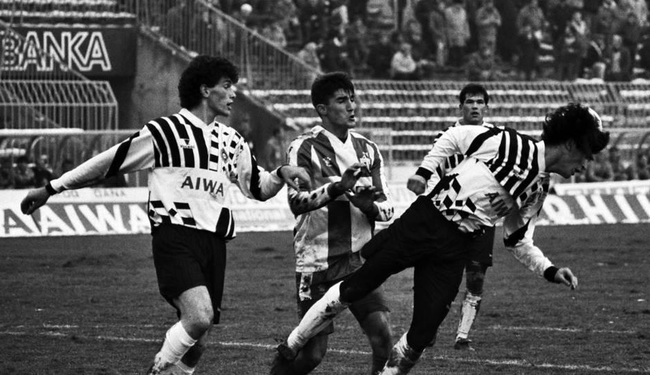 Detalj sa utakmice Partizan - Budućnost odigrane 1990. godine. Gordan Petrić motri na napadača Budućnosti Antu Drobnjaka. Bratislav Mijalković interveniše glavom.