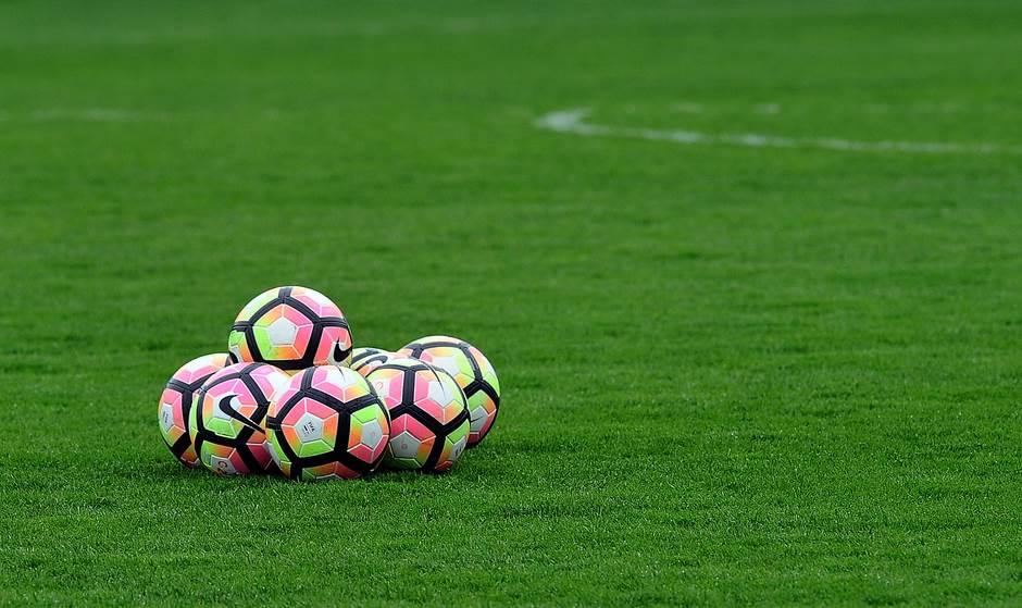 lopte pokrivalica fudbal superliga trava