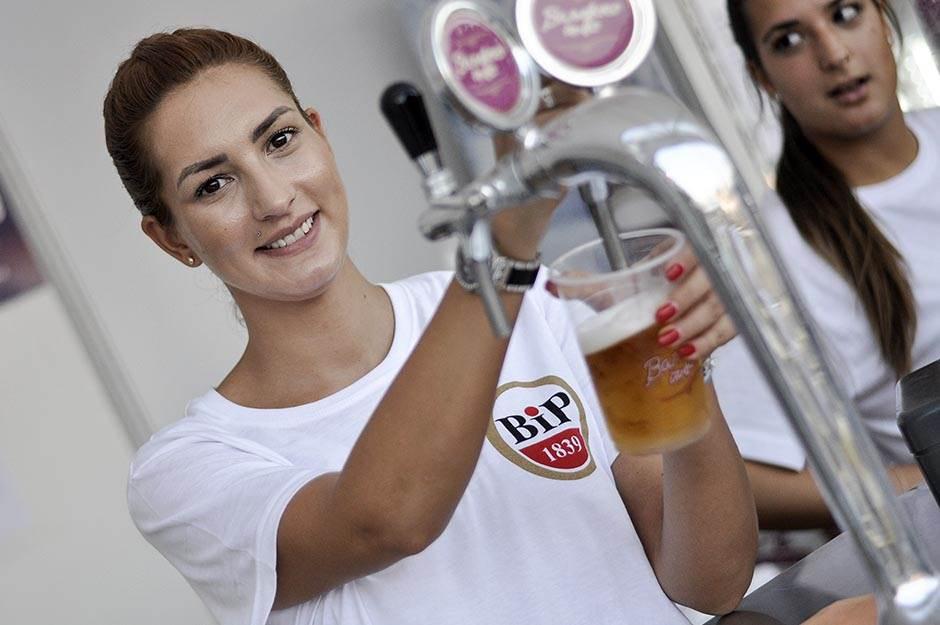 beer fest, devojke, točenje piva, pivo, točenje, devojke toče pivo,