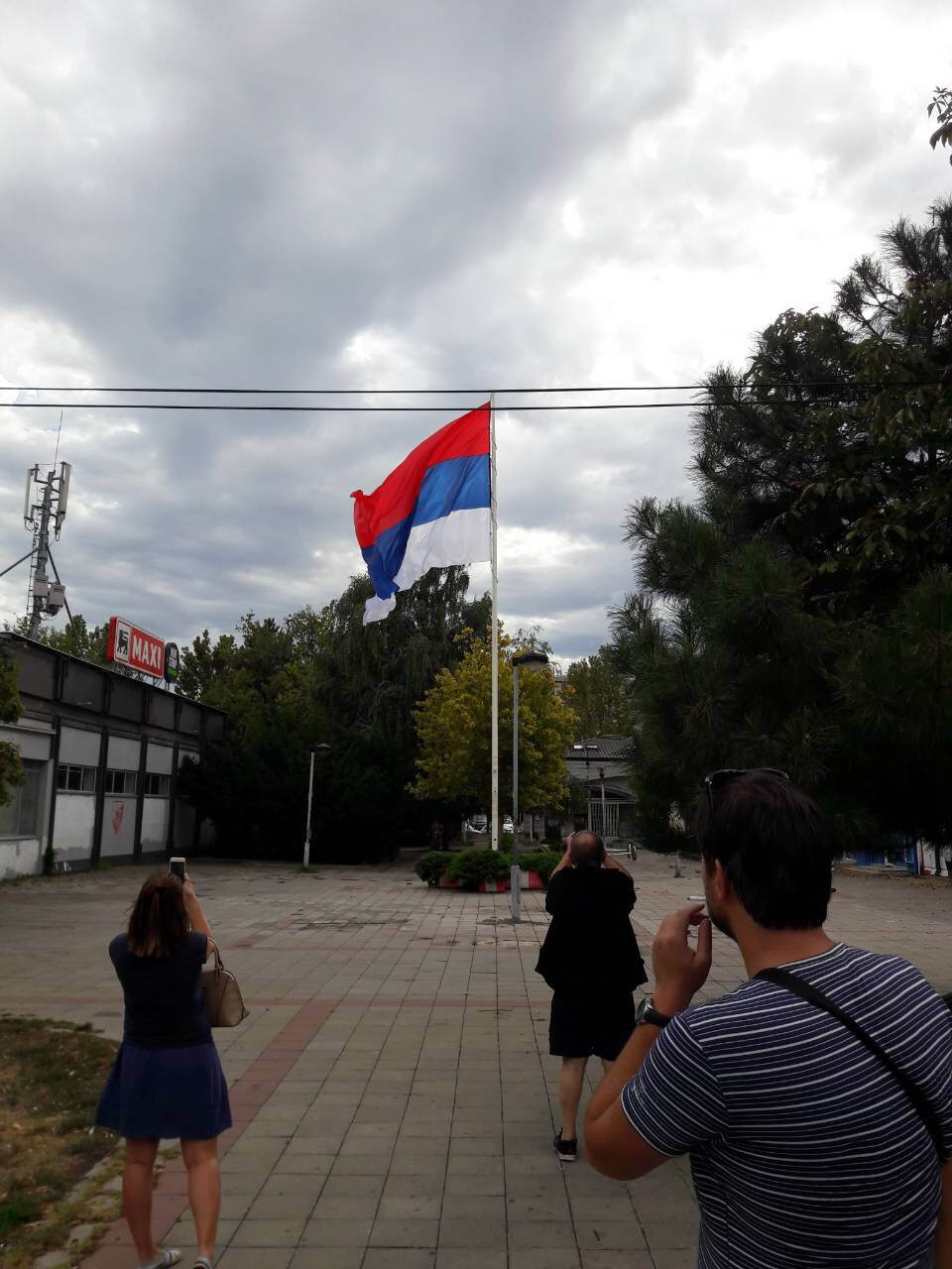 Sami podigli jarbol sa zastavom Srbije! (VIDEO)