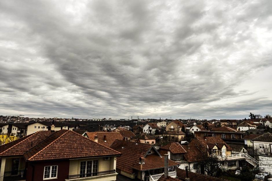 oblačno, oblaci, nebo, kiša, nevreme, kuće, naselje, grad, zgrade, jesen, zima,